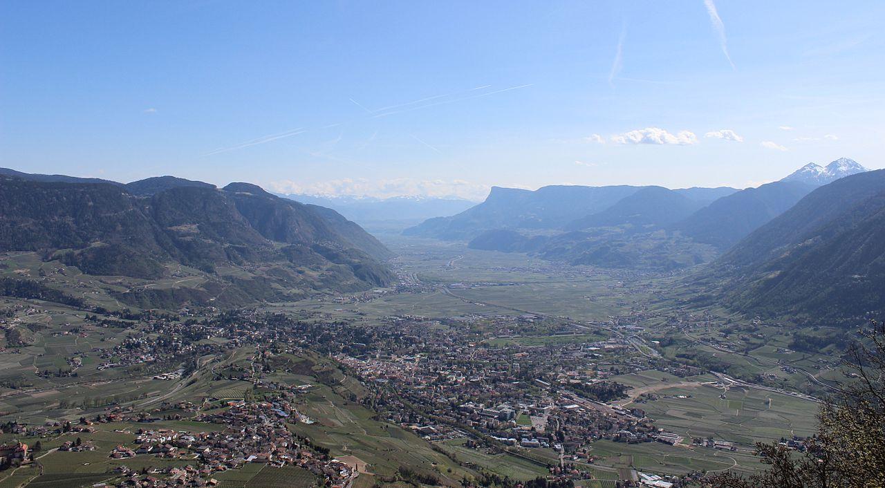 1280px-Etschtal_Panoramabild_richtung_Süden
