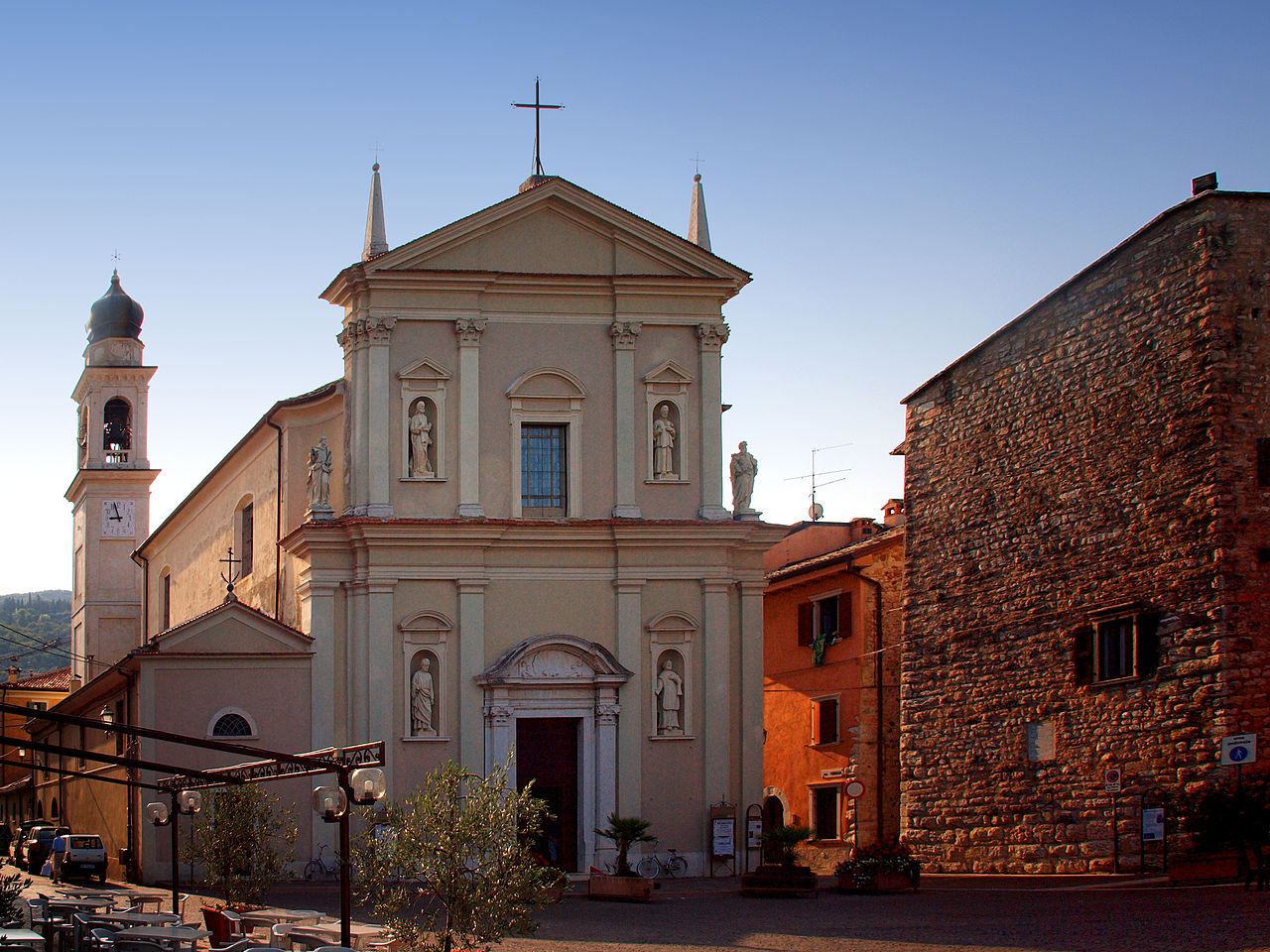 1280px-Torri_del_Benaco-Eglise_Sts_Pierre_et_Paul