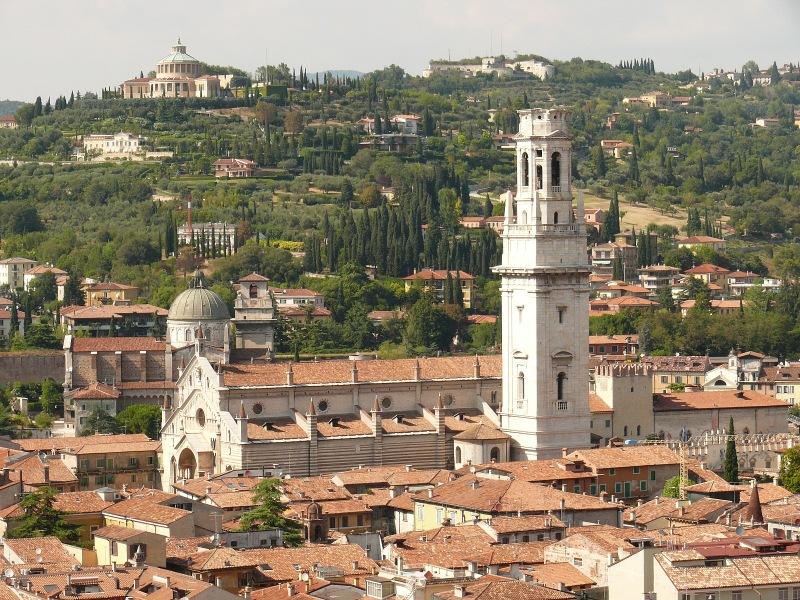 Blick vom Torre dei Lamberti auf den Dom mit Glockenturm