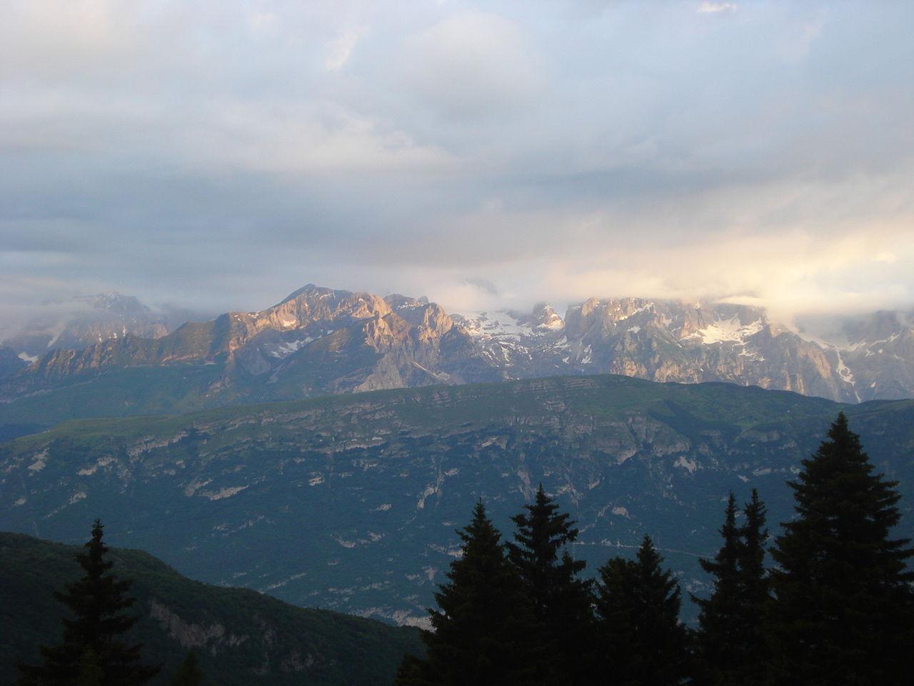 1280px-Dolomiti_del_brenta_da_Vason_(Monte_Bondone)[1]