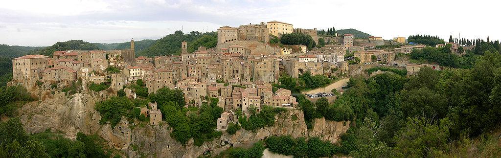 1024px-Sorano_-_Panorama_da_San_Rocco