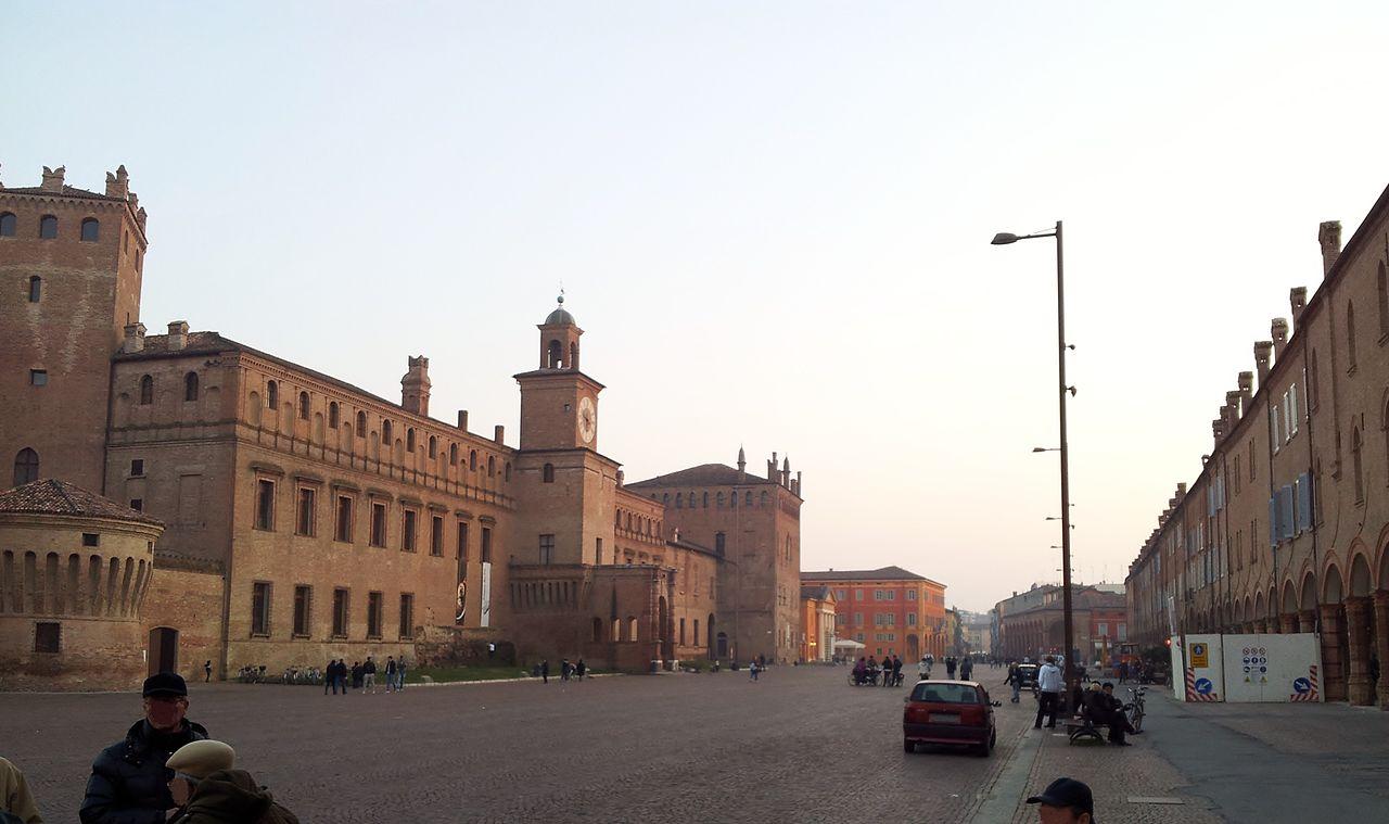 1280px-Piazza_dei_Martiri_Carpi