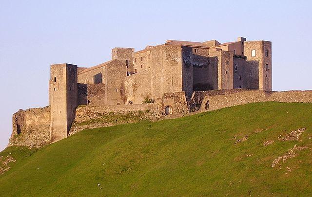 640px-Castello_di_melfi1