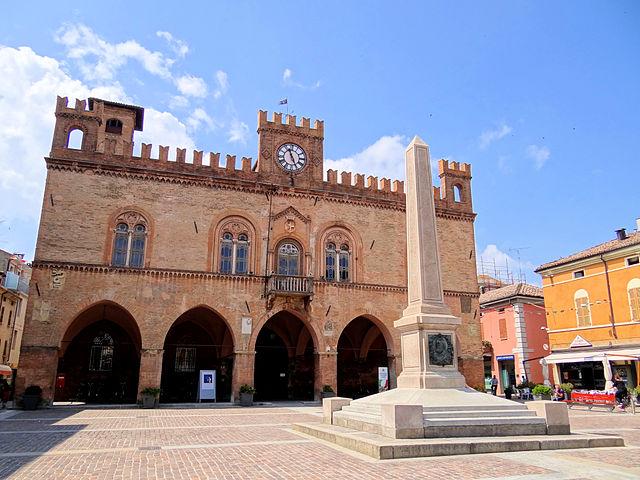 640px-Fidenza-Town-Hall-Garibaldi-Obelisk-2012