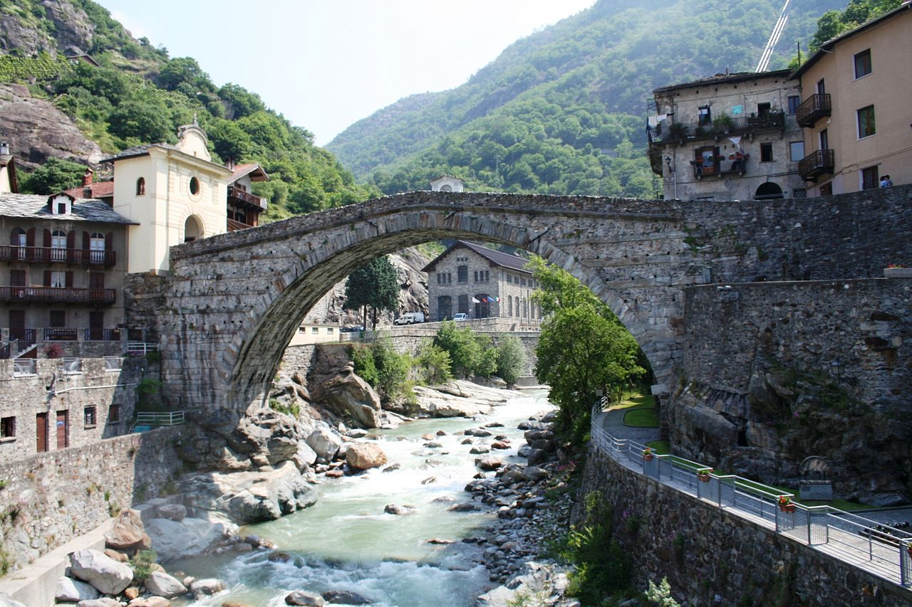 1280px-Castelli_valle_d'Aosta,_Pont_Saint_Martin1