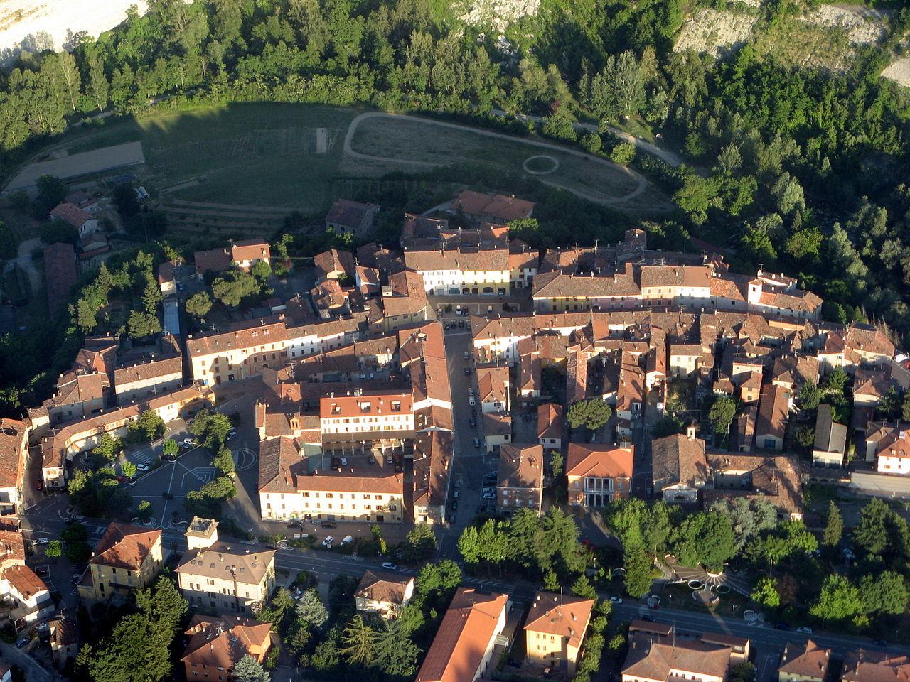 1280px-Veduta_aerea_del_centro_storico_di_Casola_Valsenio