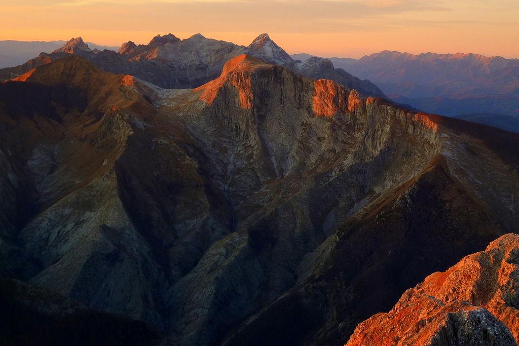 1024px-Veduta_panoramica_delle_Alpi_Apuane_al_tramonto